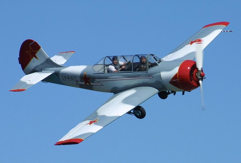 Спортивно-тренировочный самолёт Як-52 Впереди пилот-инструктор сзади желающий испытать полёт на высший пилотаж