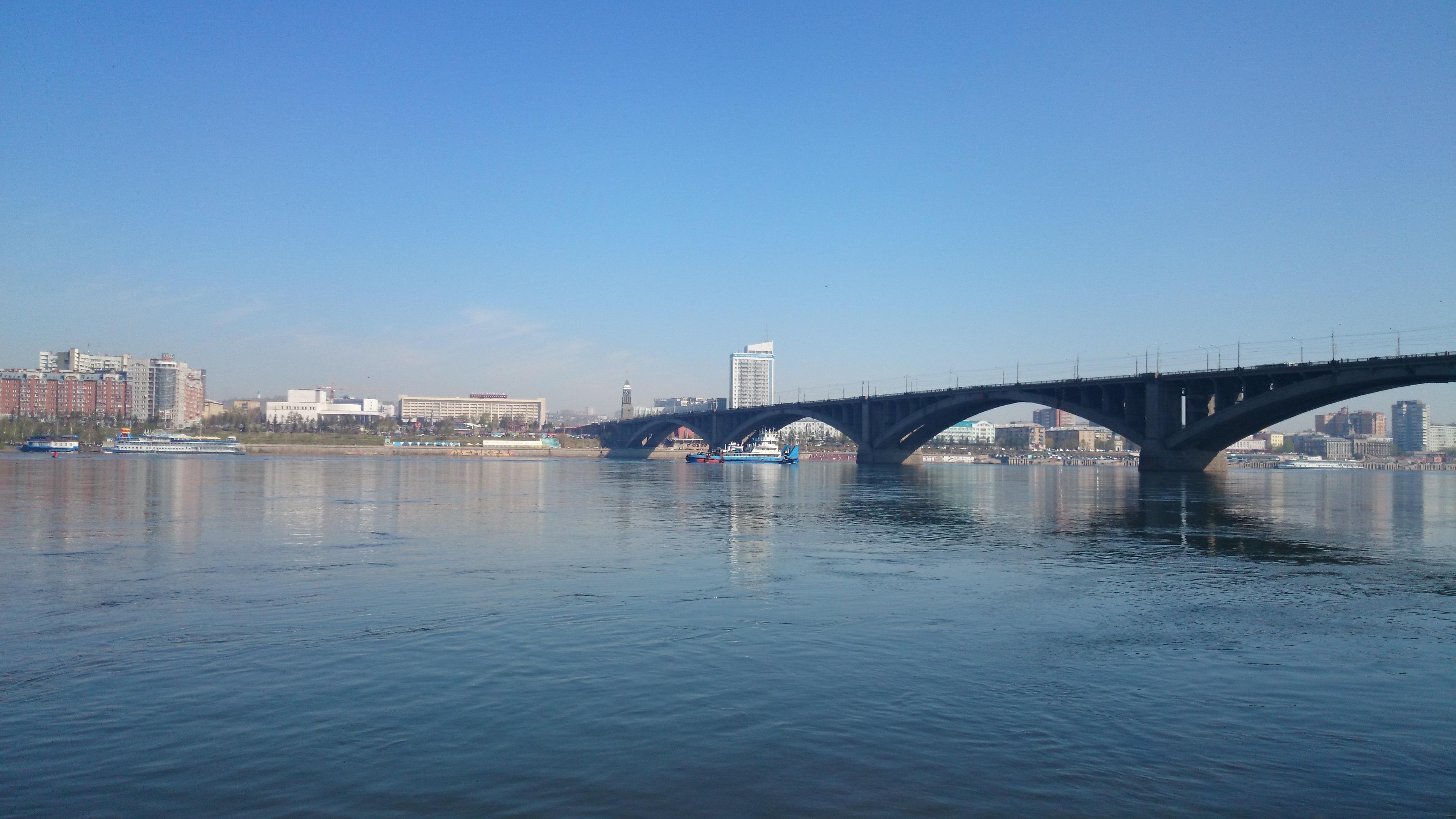 Красноярск Центр Вид на набережную с Острова Отдыха. 9.05.2015 года