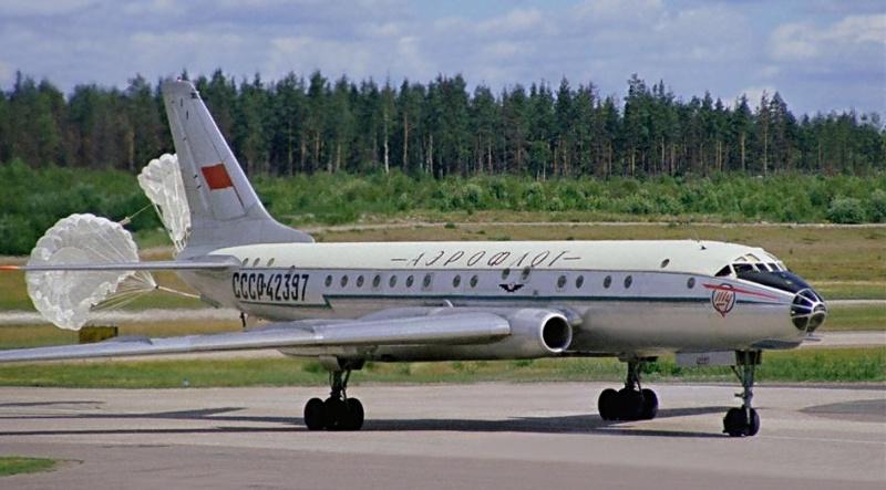 Ту-124 после посадки Тормозные парашюты ещё не отцеплены