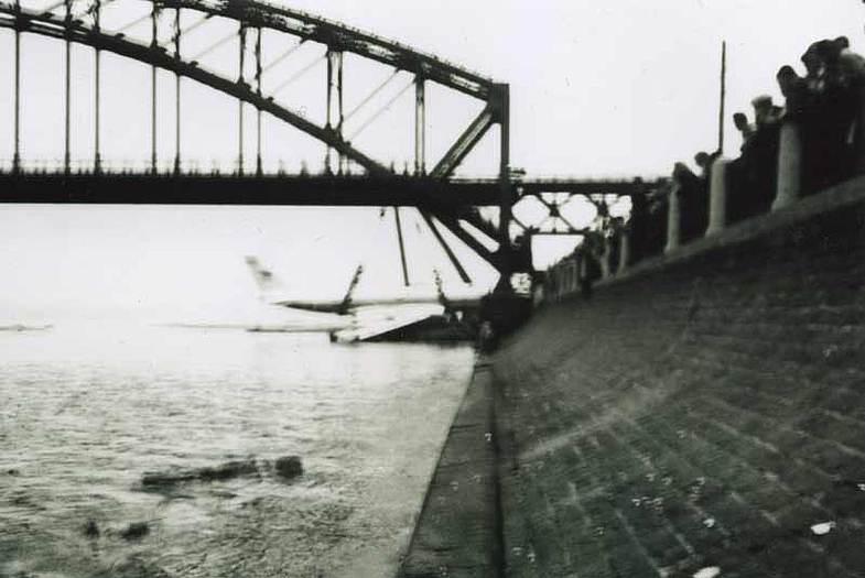 Ту-124 после посадки на реку Неву 21 августа 1963 года отбуксированный к правому берегу Невы рядом с железнодорожным мостом
