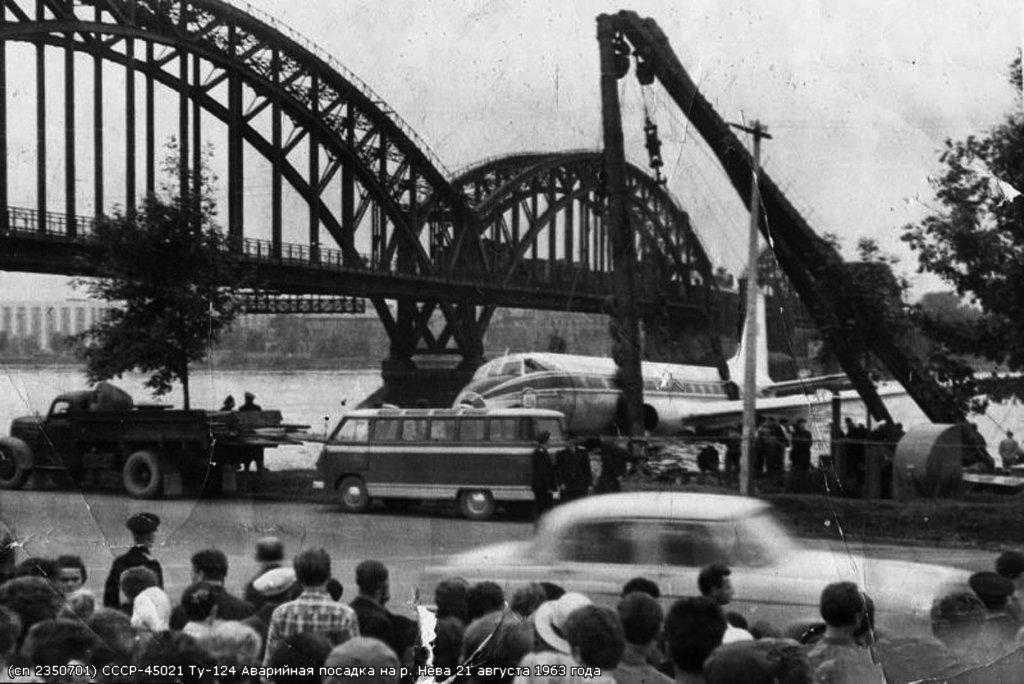 Ту-124 после посадки на реку Неву рядом с железнодорожным мостом 21 августа 1963 года