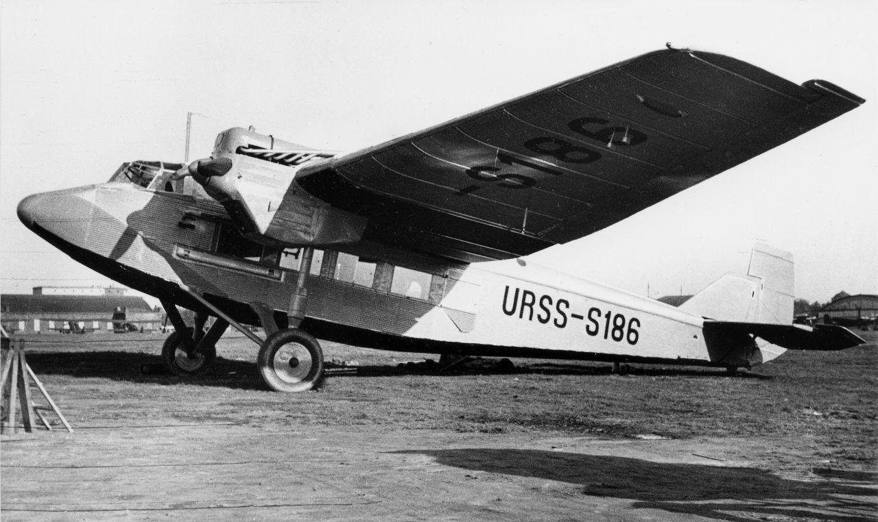 Первый советсий пассажирский 9-ти местный самолёт АНТ-9 испытания которого проводил Михаил Михайлович Громов