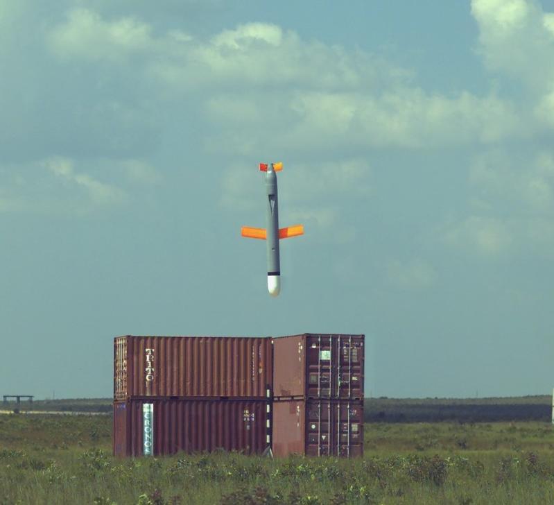 Американская крылатая ракета Томагавк непосредственно перед попаданием в цель