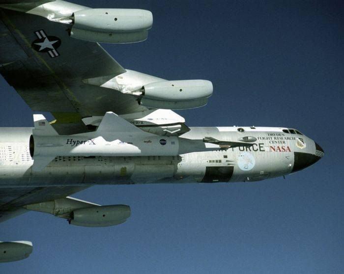 Американский экспериментальный гиперзвуковой самолет X-43A с ракетой разгонщиком Пегас прикреплённый к бомбардировщику В-52 в полёте