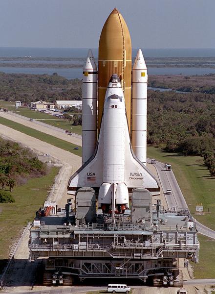 Американский космический корабль многоразового использования Спэйс-Шатл во время движения на стартовый комплекс