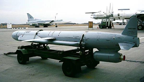 Российская крылатая ракета Х-55 перед установкой на самолёт