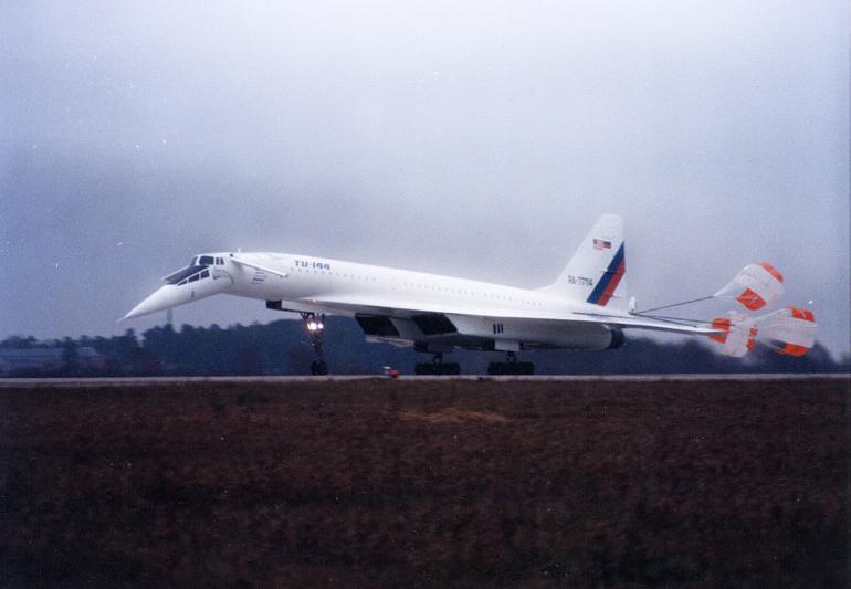 Советский сверхзвуковой пассажирский самолёт Ту-144 После посадки выпущены тормозные парашюты