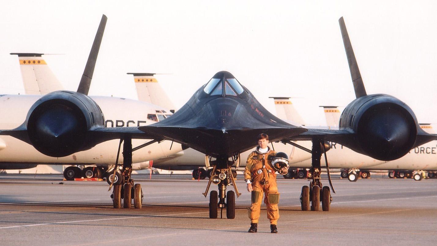 Американский гиперзвуковой стратегический разведчик SR-71 Blackbird на аэродроме