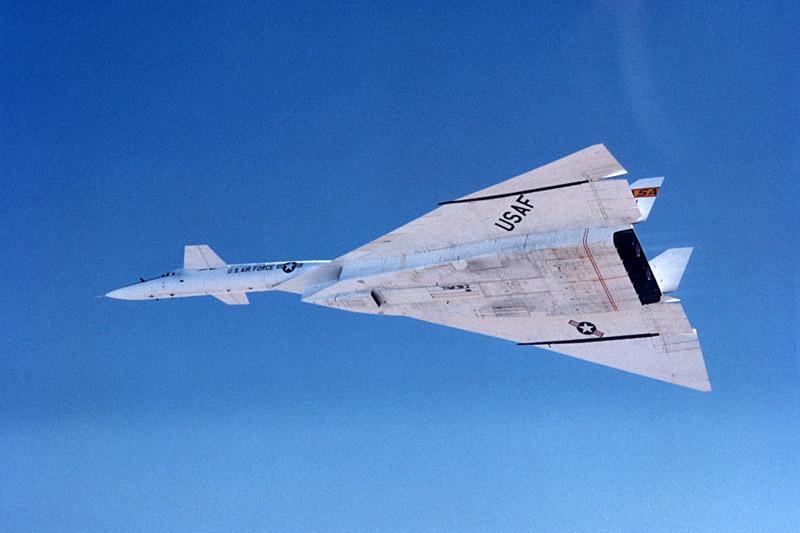 Американский сверхзвуковой стратегический бомбардировщик XB-70 Valkyrie в полёте Самолёт обладал ТРЕМЯ скоростями звука
