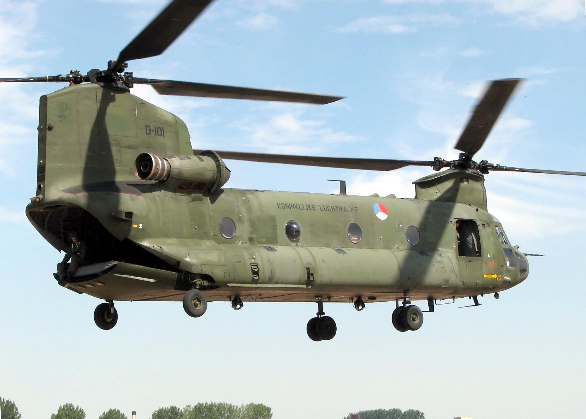 Американский транспортный вертолёт Boeing CH-47 Chinook с открытой задней рампой