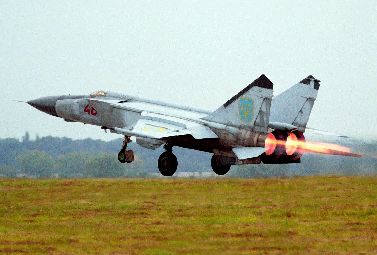 Истребитель-перехватчик МиГ-25 на взлёте на форсаже