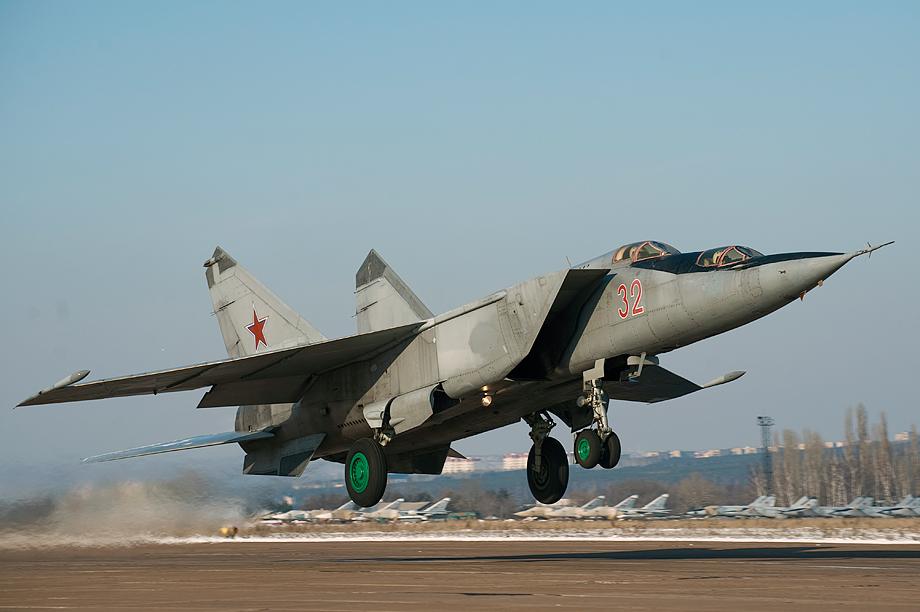 Истребитель-перехватчик МиГ-25 на взлёте в момент отрыва Учебная модификация машины