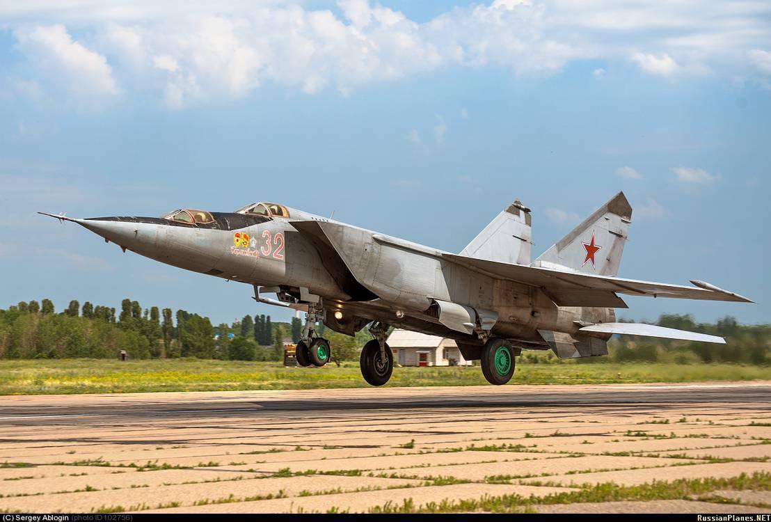 Истребитель-перехватчик МиГ-25 на взлёте в момент отрыва Учебная модификация самолёта
