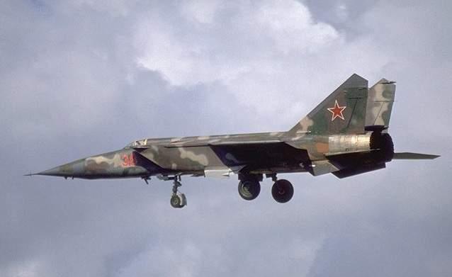 Истребитель-перехватчик МиГ-25 во время посадки