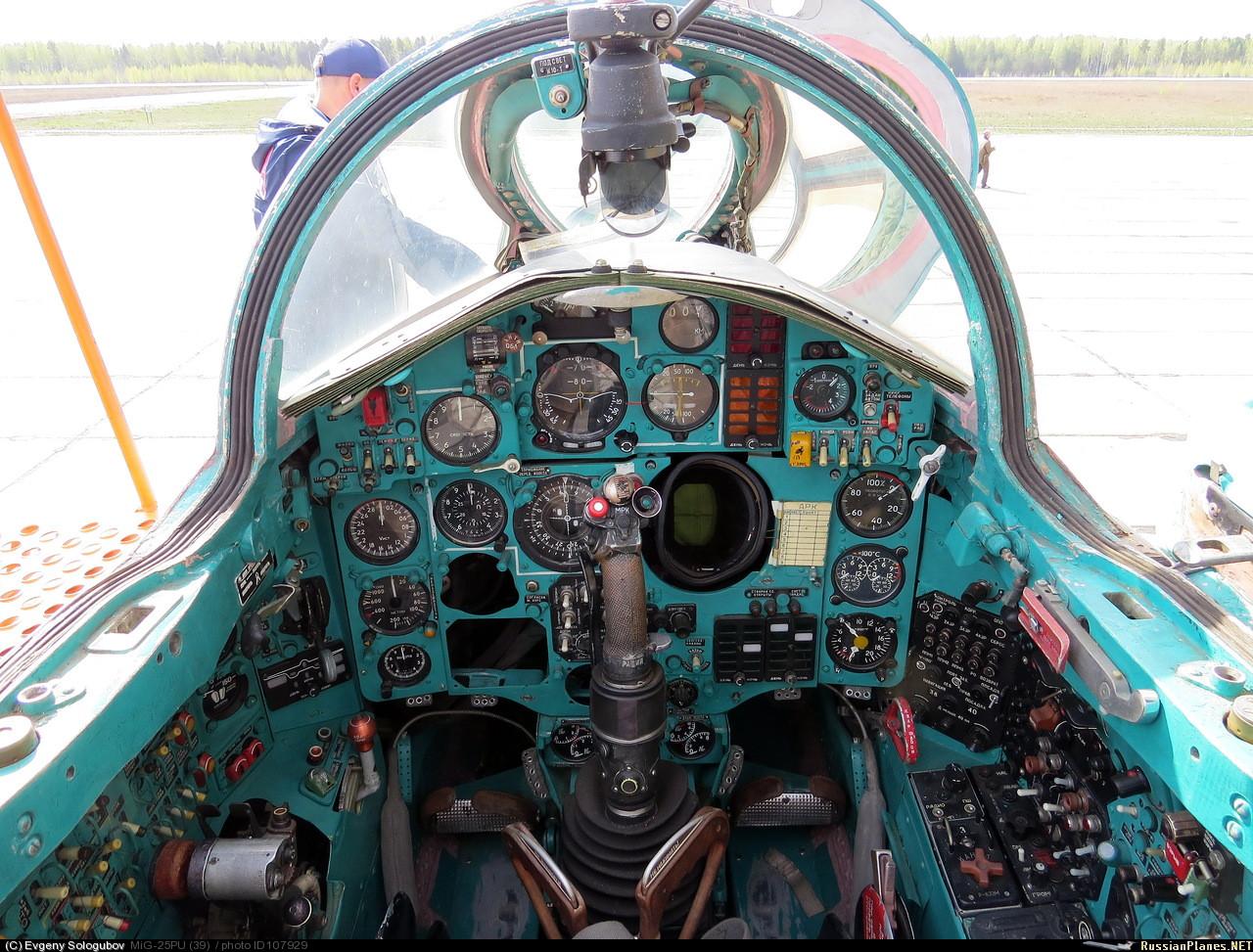 Кабина пилота истребителя МиГ-25П модификации перехватчик