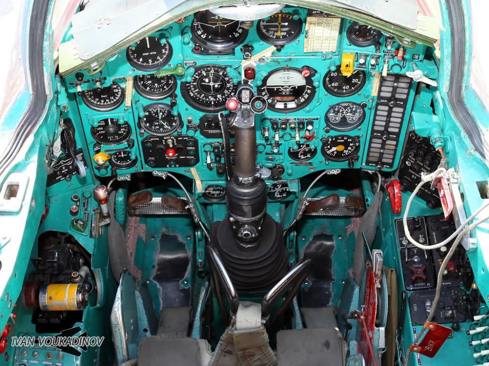 Кабина пилота истребителя МиГ-25Р модификации разведчик