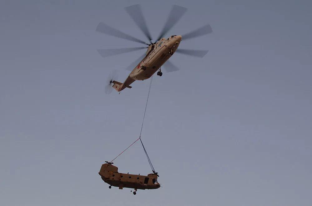 Самый большой в мире СЕРИЙНЫЙ российский транспортный вертолёт Mи-26 перевозит американский транспортный вертолёт Чинук на внешней подвеске в Афганистане
