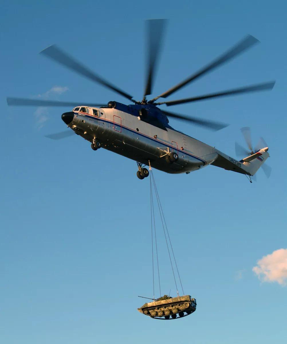 Самый большой в мире СЕРИЙНЫЙ транспортный вертолёт Mи-26Т перевозит на внешней подвеске БМД-2
