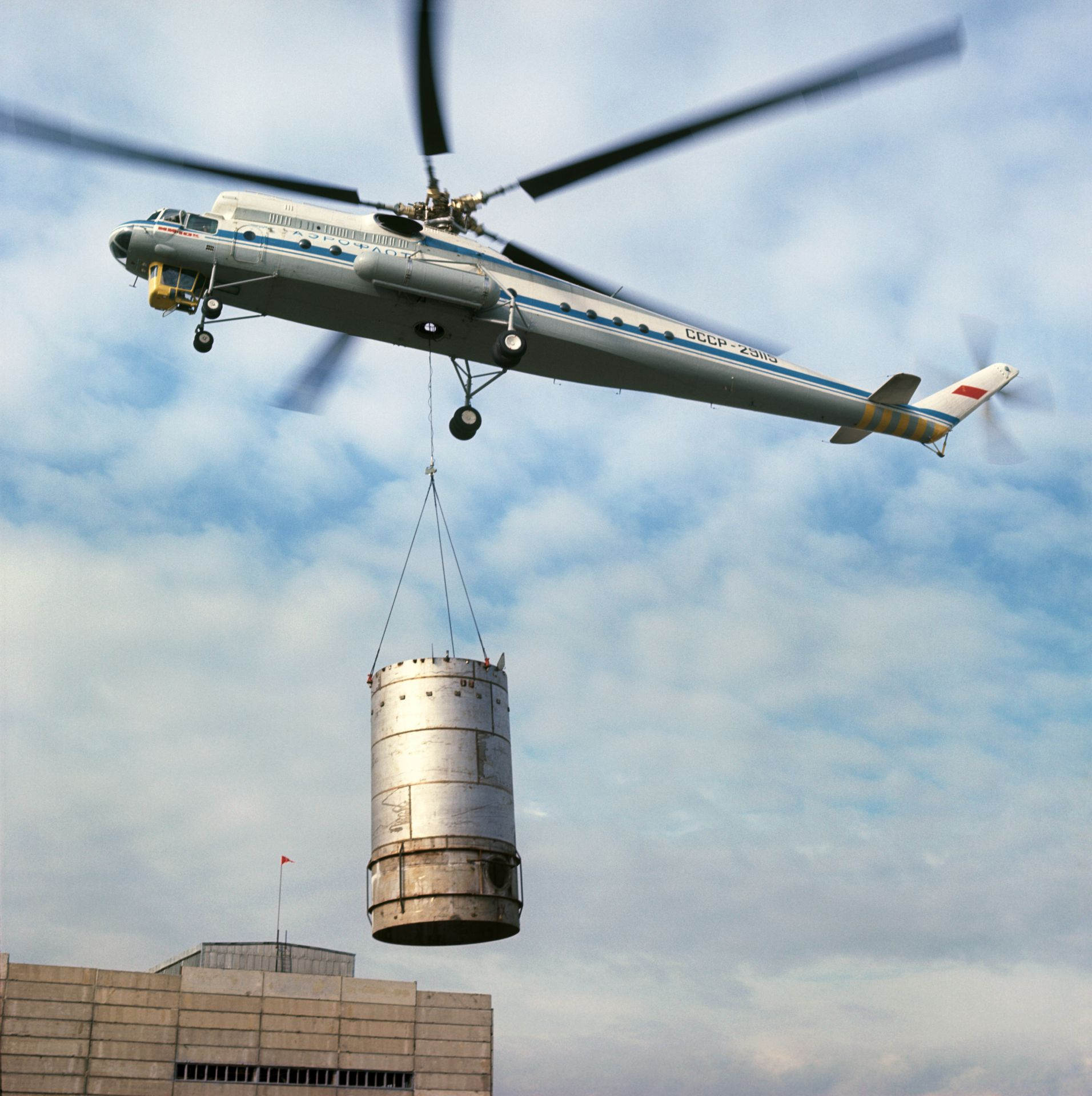 Транспортный вертолёт летающий кран Ми-10