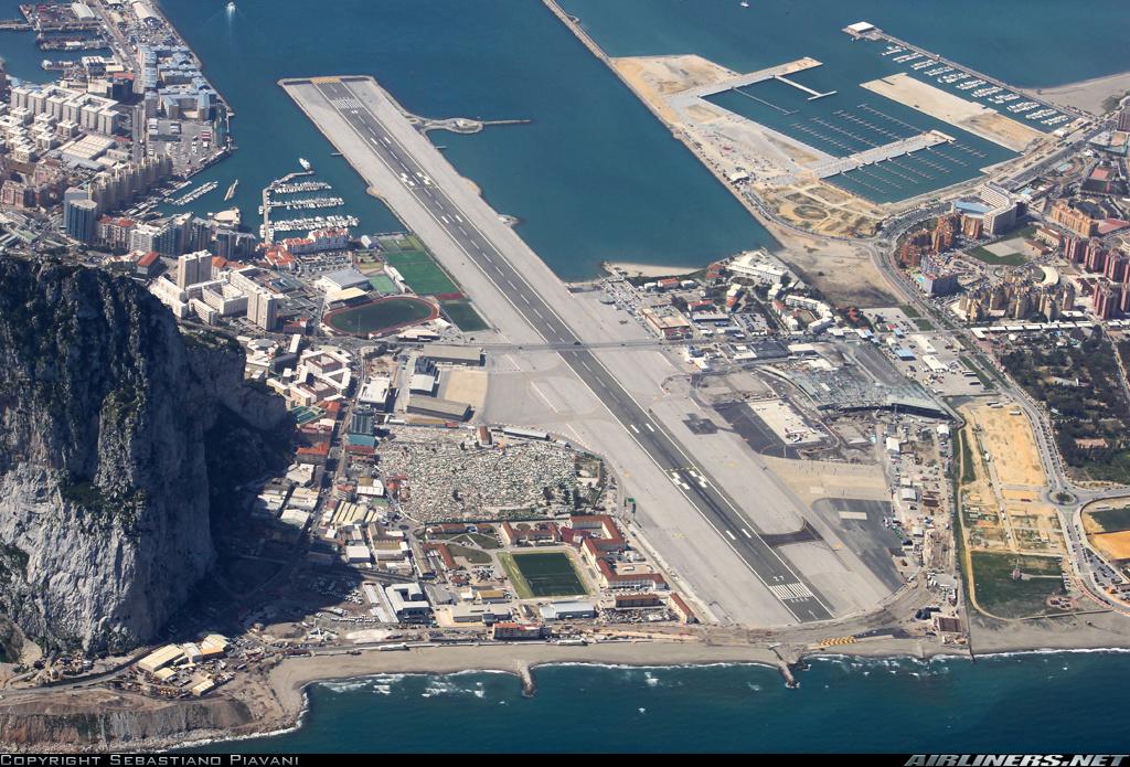 Аэропорт Гибралтара Взлётно-посадочная полоса находится рядом со скалой в 500-х метрах от центра города и её пересекает автомобильная дорога