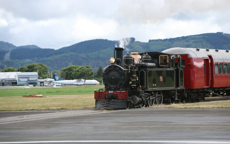 Аэропорт Гисборн в Новой Зеландии Аэропорт для малой авиации где взлётно-посадочную полосу пересекает действующая железная дорога