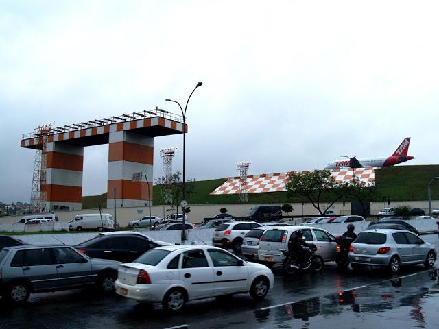 Аэропорт Конгоньяс (Сongonhas) в городе Сан-Паулу в Бразилии Торец взлётно-посадочной полосы