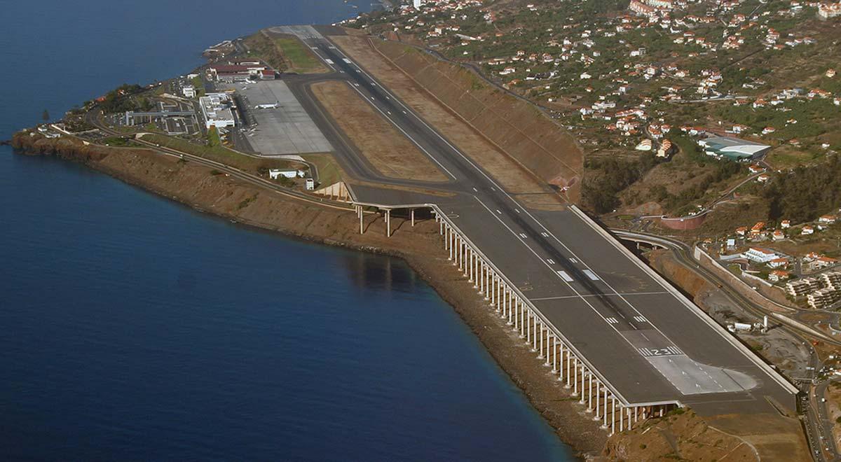 Аэропорт Мадейра в Португалии Часть взлётно-посадочной полосы стоит на колоннах