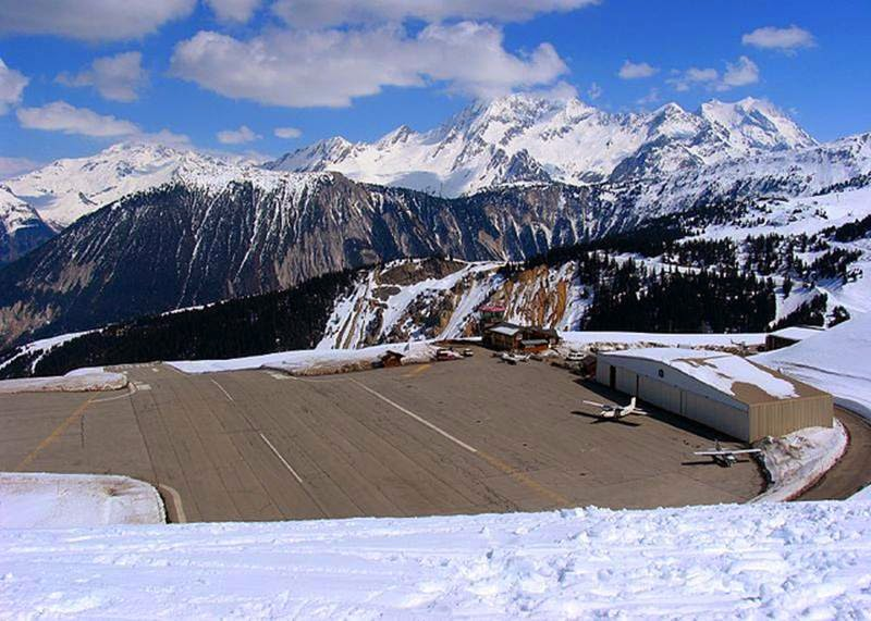 Горный аэропорт Куршевель во Франции Взлётно-посадочная полоса и площадка для стоянки самолётов Уклон горы составляет 18 градусов