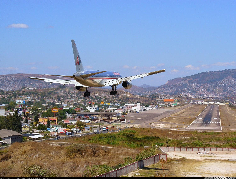 Горный аэропорт Тонконтин (Toncontin) в Тегусигальпа в Гондурасе Заход на посадку