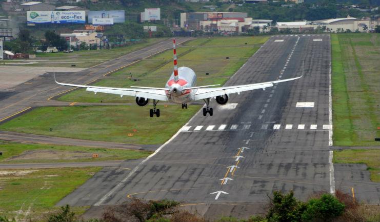 Горный аэропорт Тонконтин в Тегусигальпа в Гондурасе Заход на посадку
