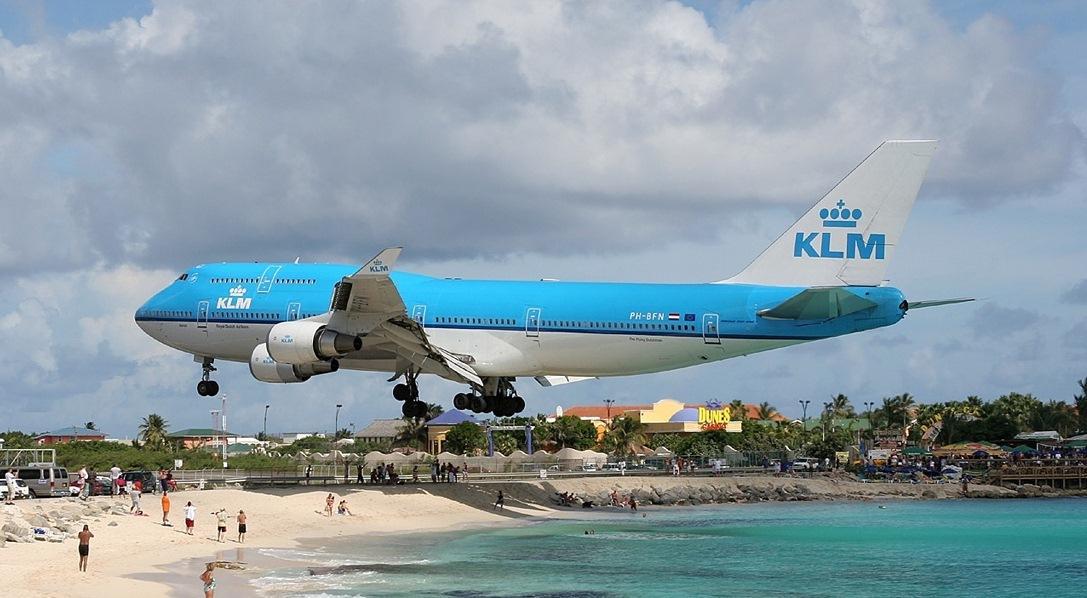 Карибское море Антильские острова Остров Сен-Мартен Аэропорт Принцессы Юлианы За несколько секунд до посадки проход над пляжем Боинг-747