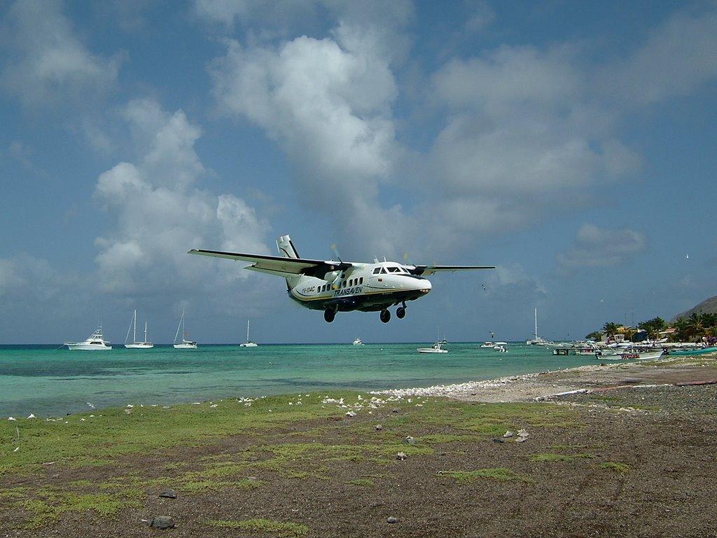 Посадка в аэропорту Лос-Рокес на острове Эль-Гран-Рок принадлежащем Венесуэле