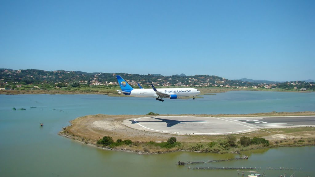 Посадка в аэропорту города Керкира на острове Корфу в Греции