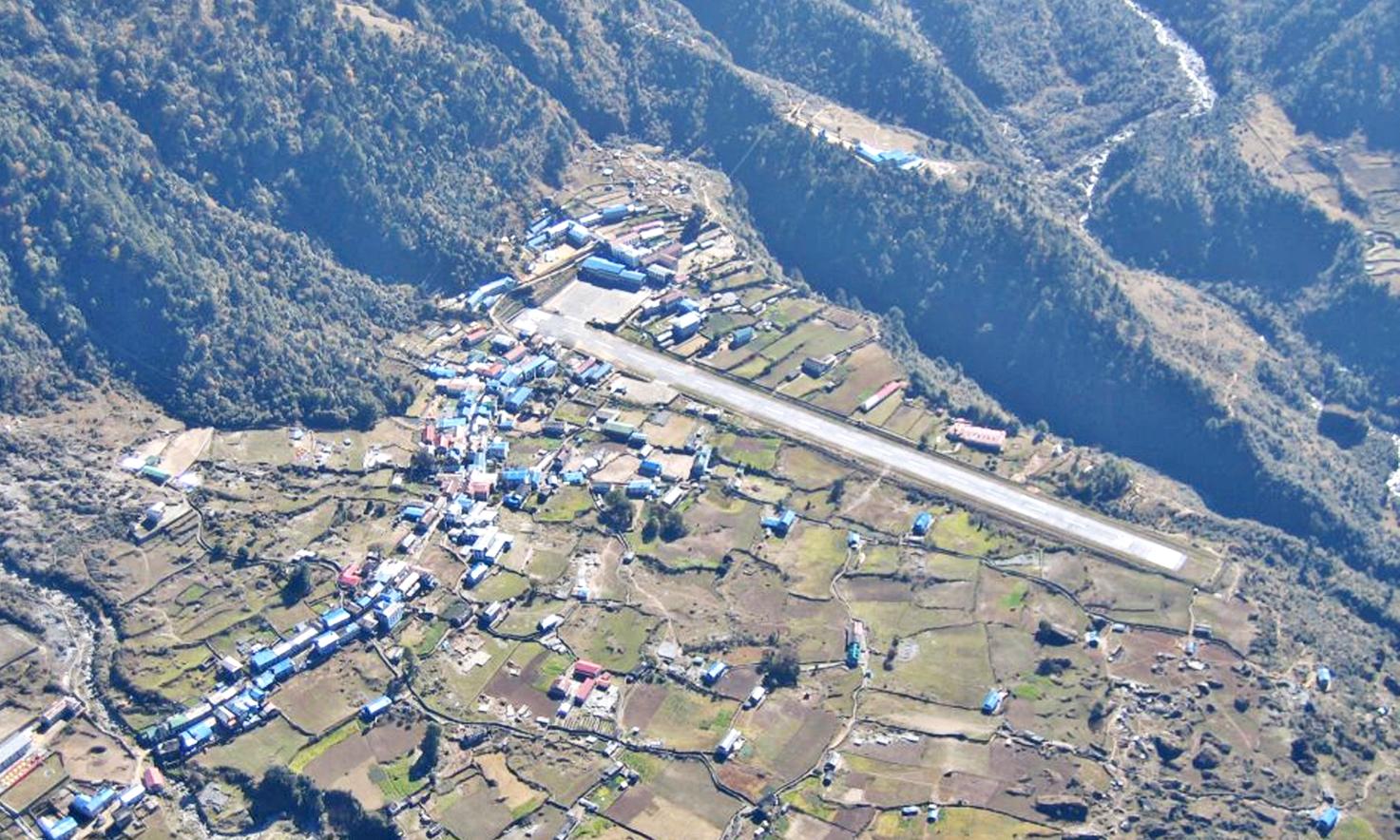 Взлётно-посадочная полоса аэропорта Лукла (Lukla) в Непале