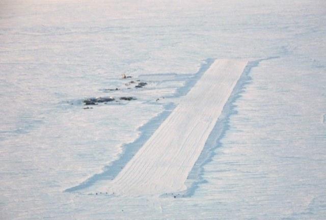 Взлётно-посадочная полоса аэропорта Поля Пегаса в Антарктиде