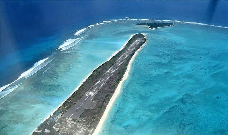 Взлётно-посадочная полоса на коралловом острове Агатти