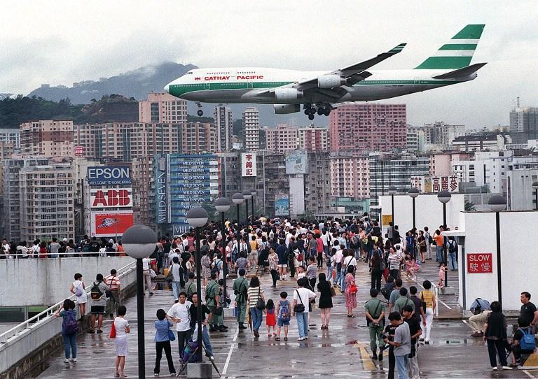 Заход на посадку в аэропорт Кай Так в Гонконге Самолёт Боинг-747 Выход на прямую перед полосой