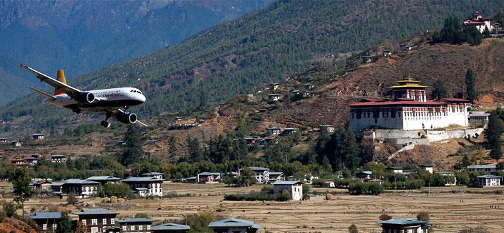 Заход на посадку в аэропорту Паро в Бутане