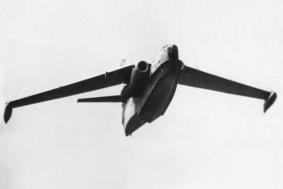 Реактивный гидросамолёт Бе-10 в полёте