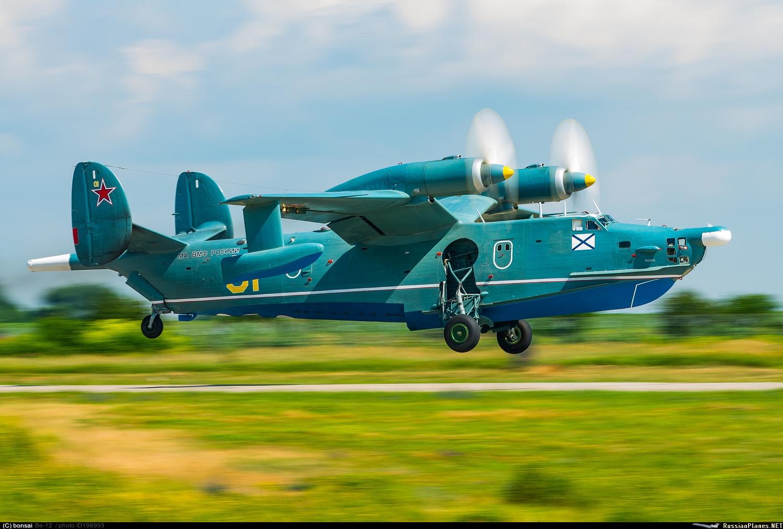Самолёт-амфибия ОКБ Г.М.Бериева Бе-12 на посадке на сушу