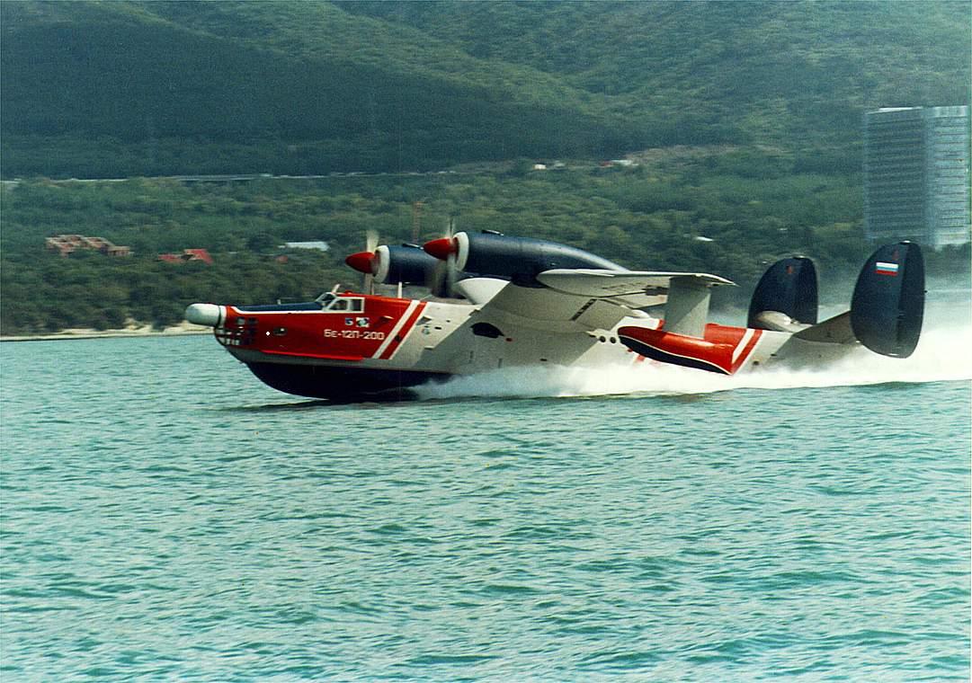 Самолёт-амфибия ОКБ Г.М.Бериева Бе-12 на взлёте с воды