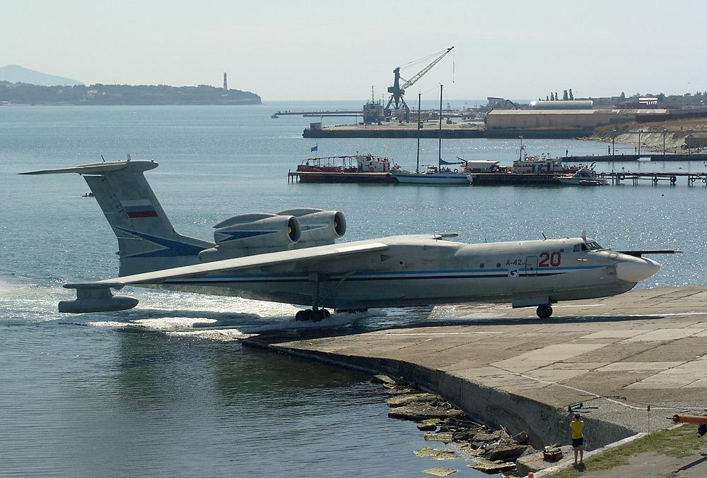Советский самолёт-амфибия А40 Альбатрос Выезд из воды на берег
