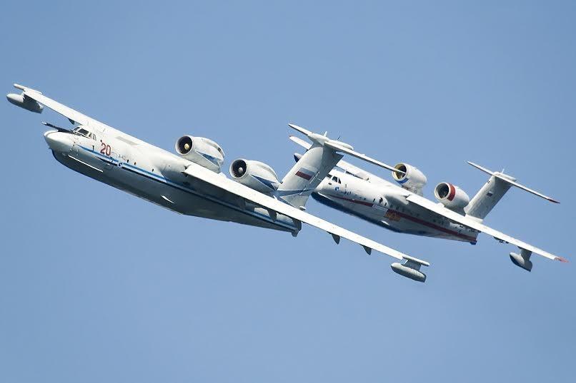 Советский самолёт-амфибия А40 Альбатрос и российский самолёт-амфибия Бе-200 в полёте