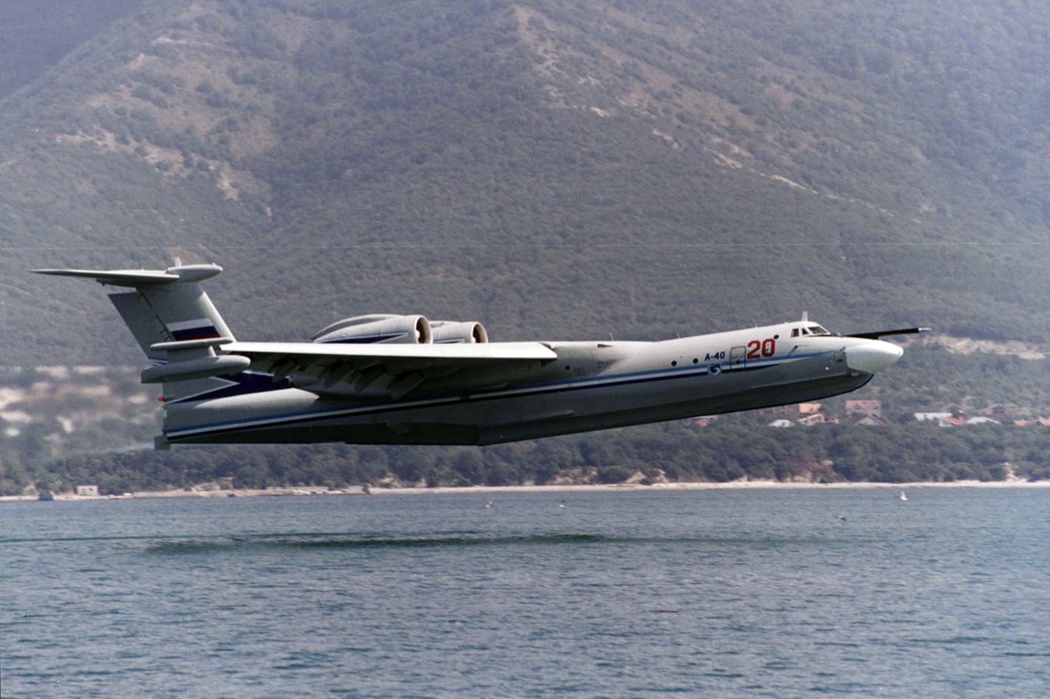 Советский самолёт-амфибия А40 Альбатрос на посадке на воду