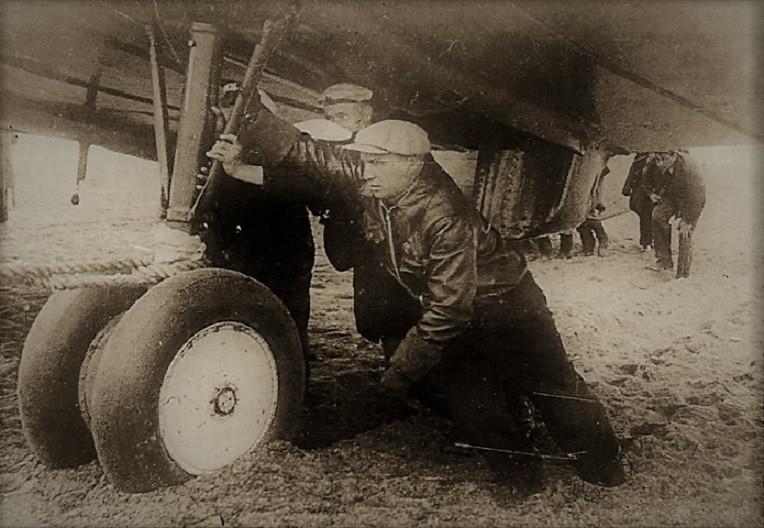 Экипаж Валерия Павловича Чкалова после посадки на острове Удд помогает вытаскивать самолёт АНТ-25 из сыпучего грунта