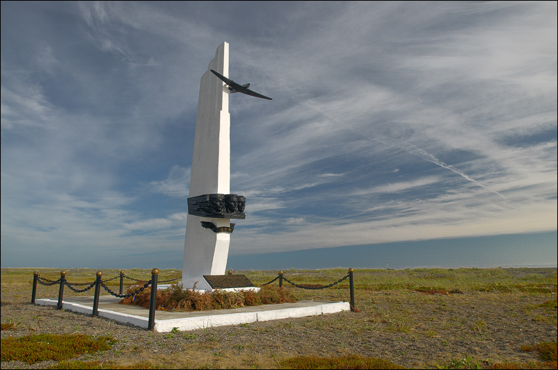 Обелиск на острове Удд в честь полёта экипажа Валерия Павловича Чкалова на Дальний Восток