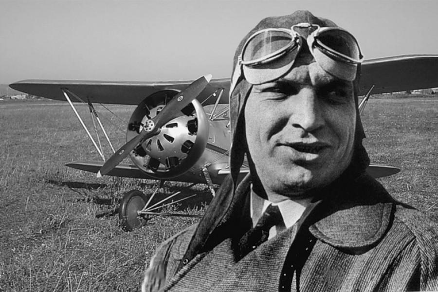Валерий Павлович Чкалов на фоне истребителя И-153