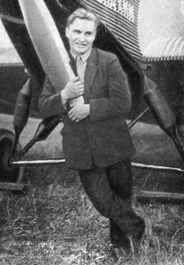 Валерий Павлович Чкалов рядом с самолётом