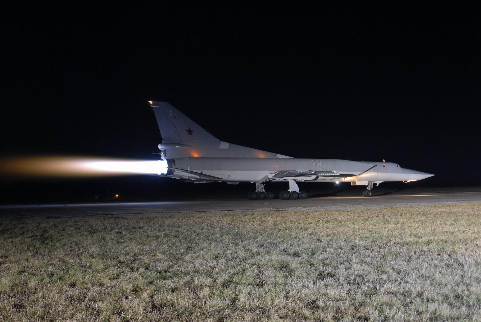 Ту-22М3 на взлёте на форсажном режиме Газовая струя длиной 12 метров