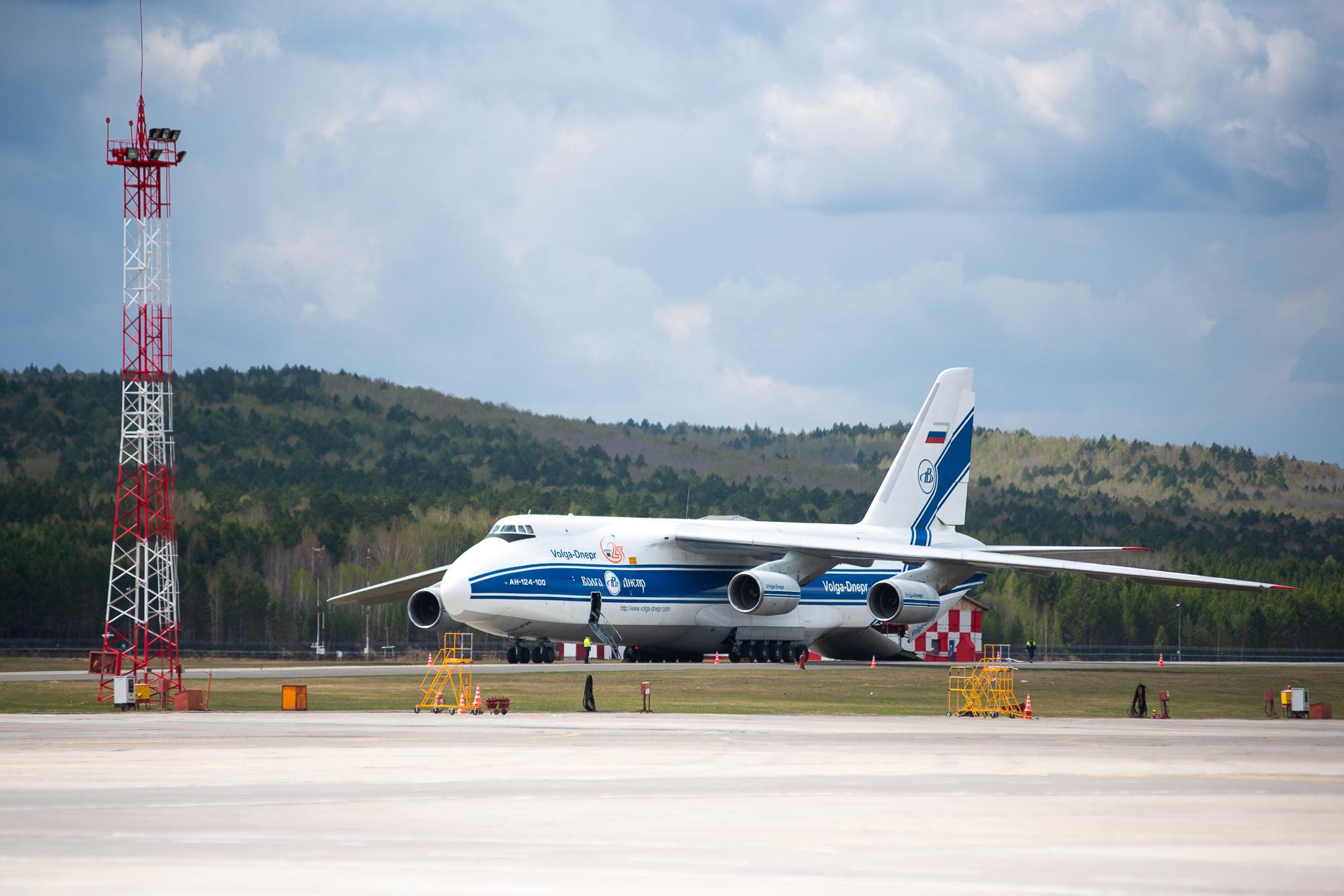 Аэропорт Красноярск. Российский грузовой самолёт Ан-124-100 являющийся самым большим серийным грузовым самолётом в мире. 20.05.2019 г